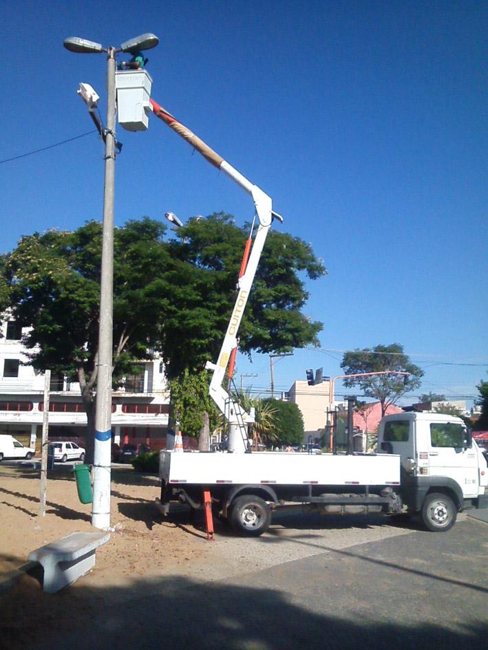 O trabalho de recuperação da iluminação pública está sendo realizado em toda Campos