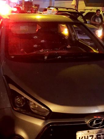 Carro com várias perfurações no parabrisa