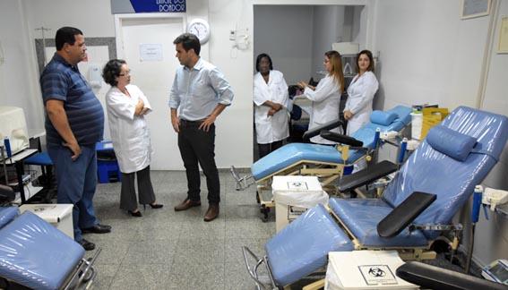 O prefeito Rafael Diniz e a diretora do Hemocentro Sandra Chalhub