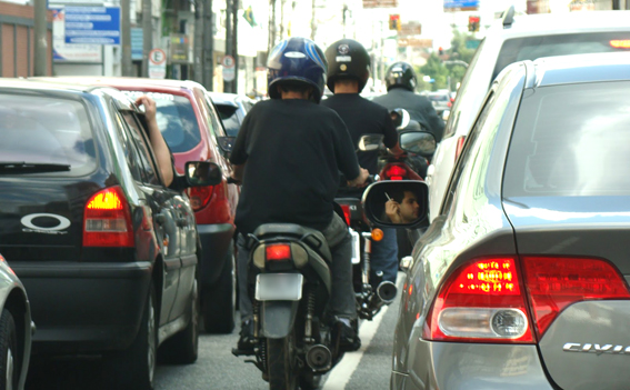 Motocicletas não respeitam leis e carros