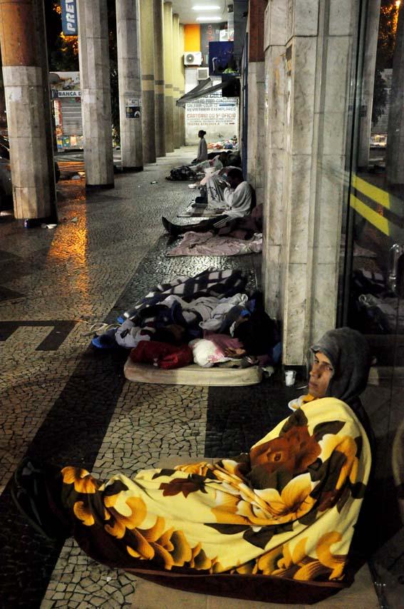 Moradores em situação de rua na madrugada da Praça São Salvador