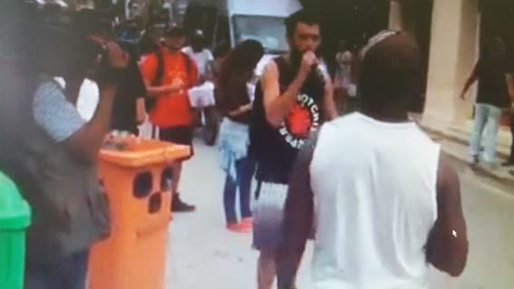 Caixa de som da manifestação foi feita com inutilização de lixeira da prefeitura utilizada pelos garis