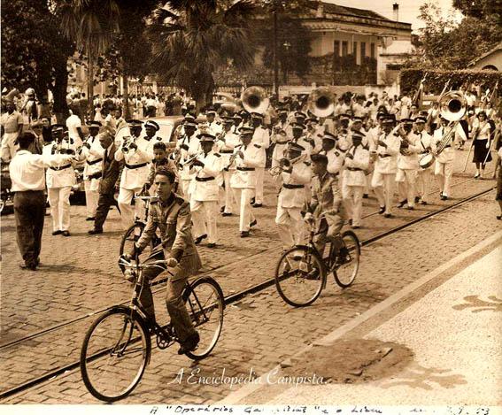 Pulando dos anos 20 para os anos 50, podemos observar um desfile de 7 de Setembro de 1953 dos arquivos de Décio e Eleonora Cretton.