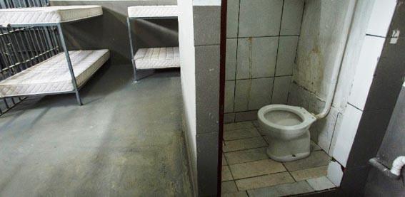 Banheiro de cela em Benfica. Privada é um luxo raro no sistema prisional do estado
