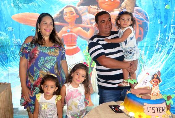 Natália e Felipe com as filhas Ester, Laura e Valentina. O casal aguarda o nascimento da quarta filha para março.