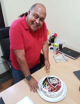 Sempre muito querido por todos, o arquiteto Victor Aquino ganhou bolo de despedida com o escudo do Fluminense, sem time do coração