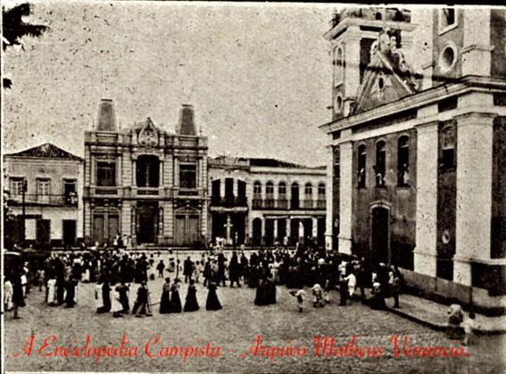 A matriz de Campos em 1914 em dia de procissão com o Padre Achilles e o seu rebanho