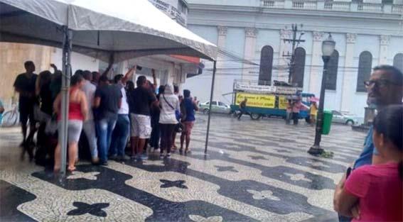 """""""Tenda do vereador Cláudio Sndrade salvou o povo do desabrigo na manifestação do garotinho no Calçadāo. Assim como o céu é do condor; a tenda é do povo e pôde abrigar os gatos pingados da chuva."""""""