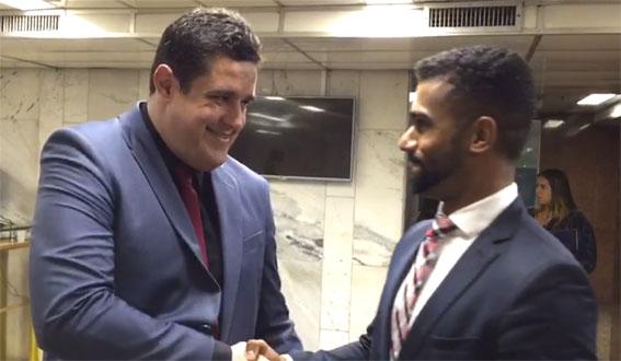 O presidente da Câmara Municipal Marcão Gomes comemora a vitória de Campos com o procurador da Câmara Robson Maciel
